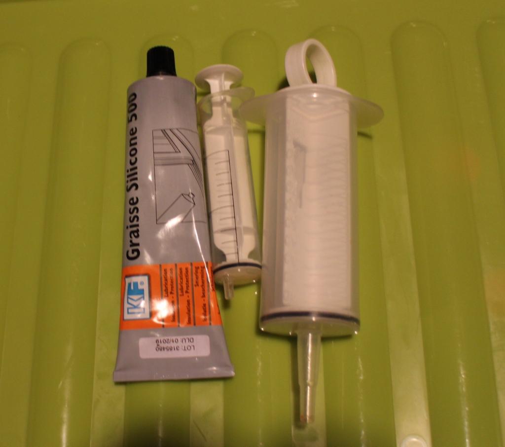 Silikonirasva jarrusatuloille ja ruiskut vaimennusöljyjen mittailuun